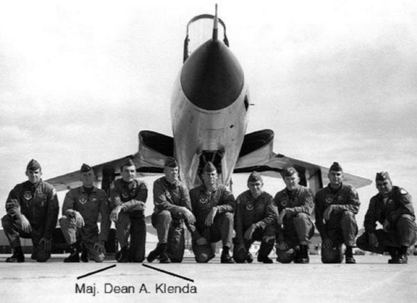 Klenda posing with fellow pilots in front of an F-105 Thunderchief, circa 1964. (VVMF)